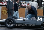 Formula 1 - #14 Cooper-Climax T60 (Bruce McLaren) in the pits