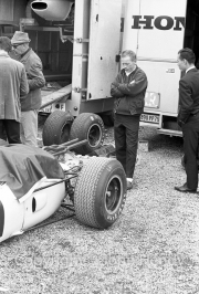 Formula 1 - #11 Honda RA272 (Richie Ginther) - Ginther looking on