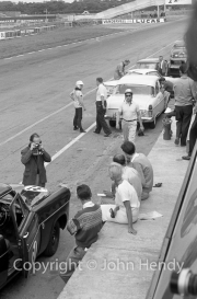 Touring cars - Moss and co in the pits
